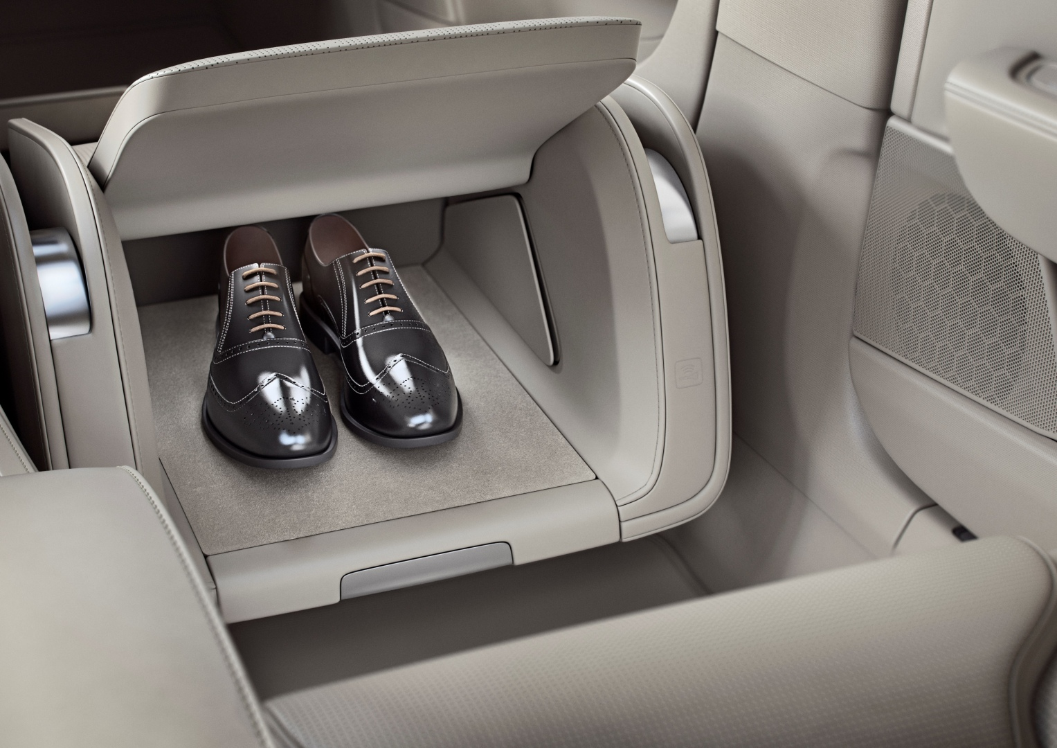 199964_Volvo_S90_Excellence_interior_lounge_console