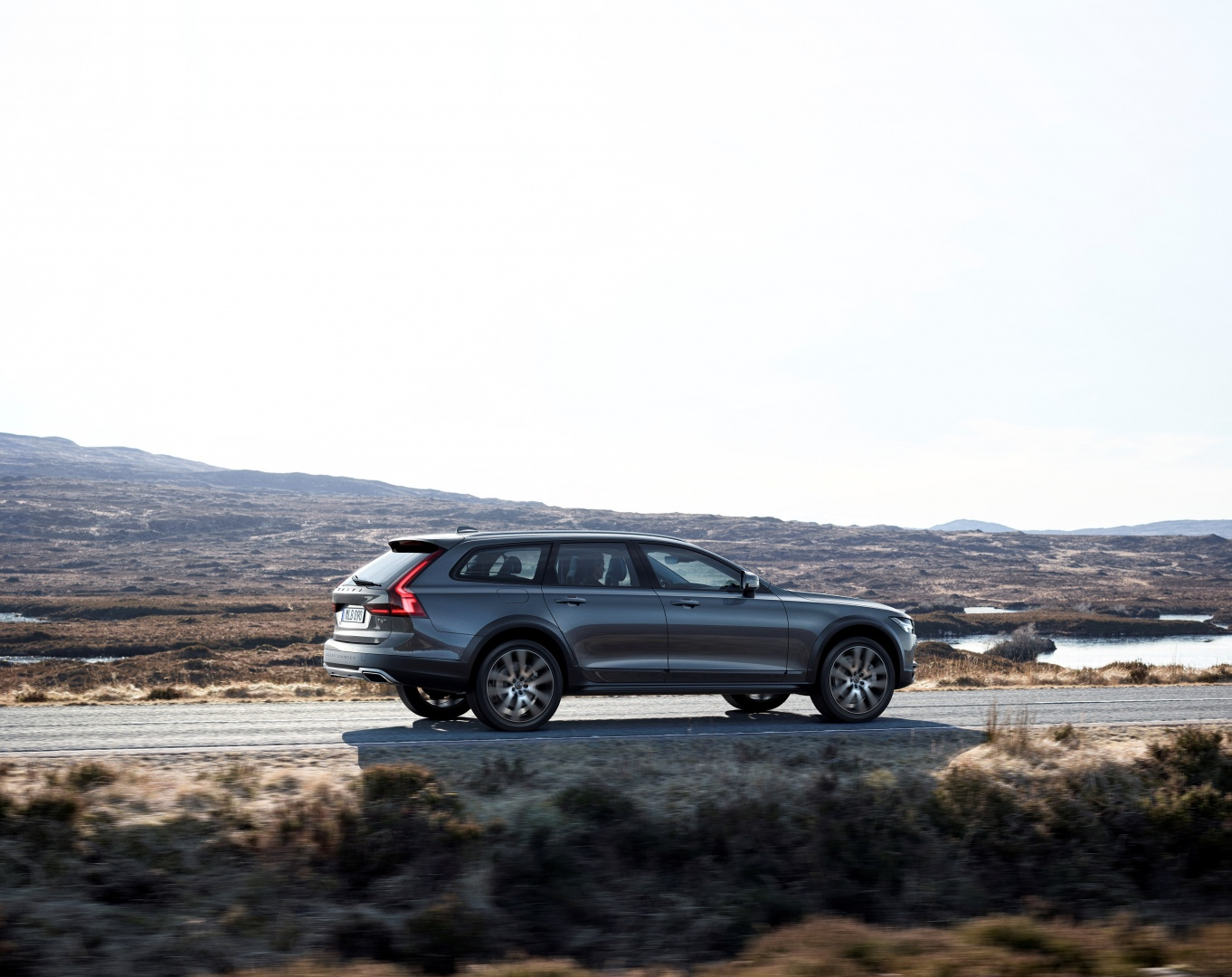 198317_New_Volvo_V90_Cross_Country_Driving