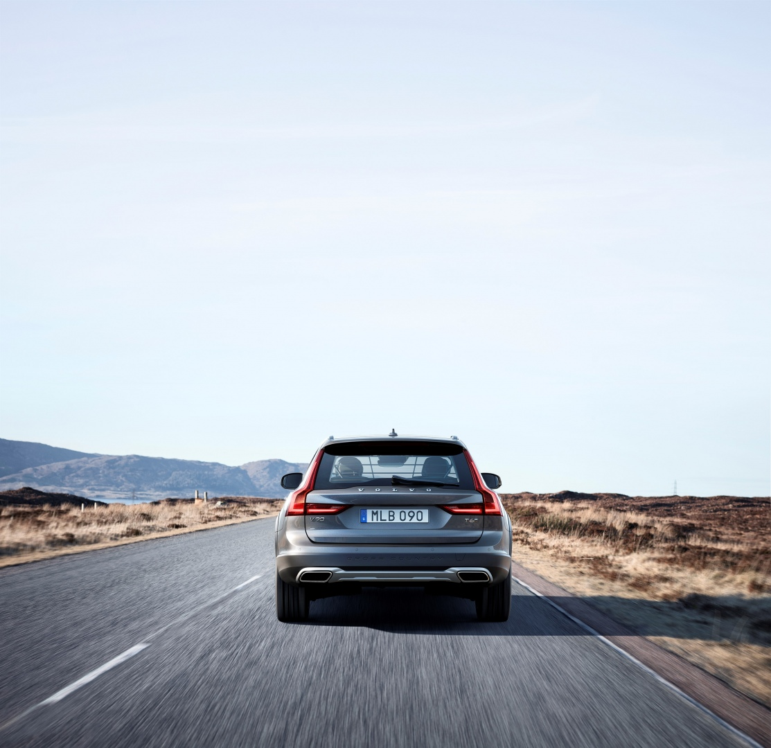 198318_New_Volvo_V90_Cross_Country_Driving
