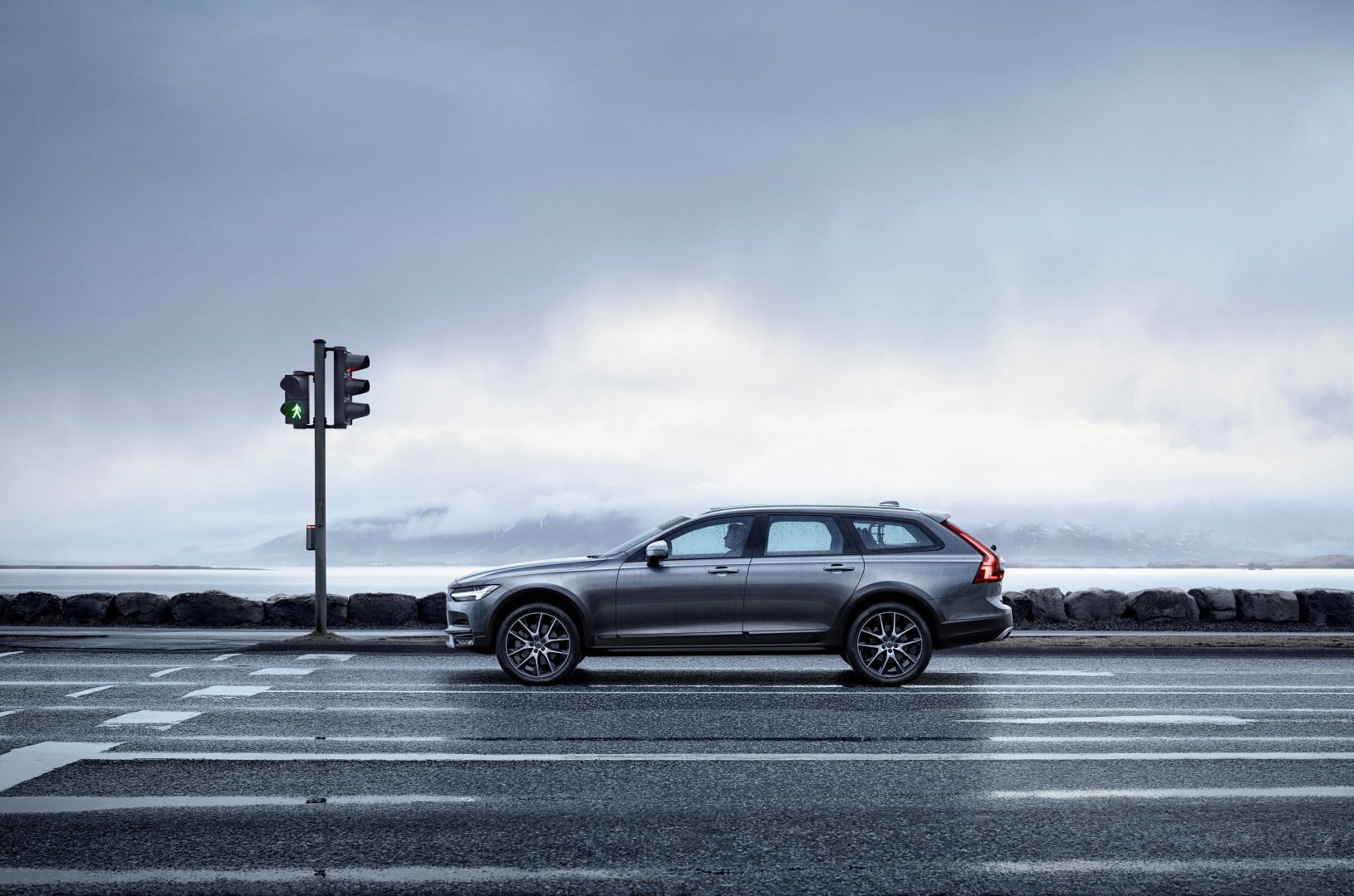 198320_New_Volvo_V90_Cross_Country_Driving