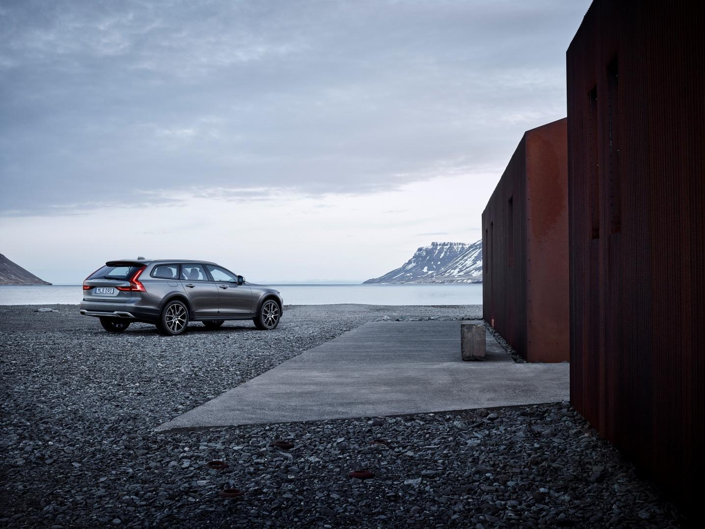 198325_New_Volvo_V90_Cross_Country_location